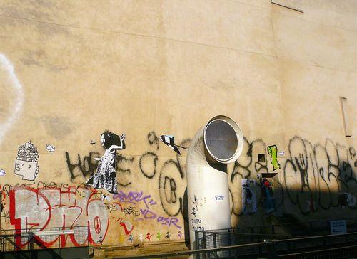 Fontaine stravinski mur tagué