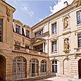 Hôtel Amelot de Bisseuil, cour intérieure et fronton