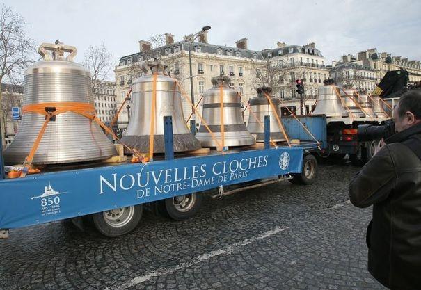 519461_un-camion-transportant-les-nouvelles-cloches-de-notre-dame-traverse-la-place-de-l-etoile-a-paris-le-31-janvier-2013