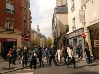 Francs bourgeois rue encombrée dimanche