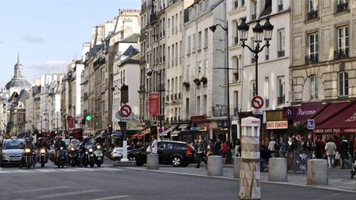 France,_Paris,_la_rue_Saint-Antoine_dans_le_quartier_du_Marais