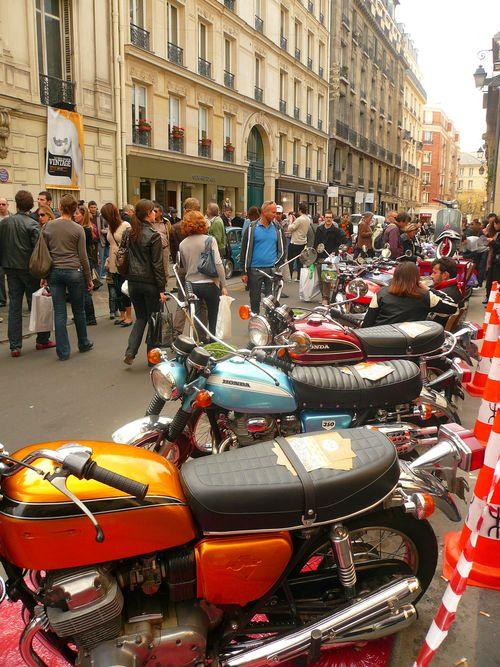 Francs bourgeois alignement motos et foule