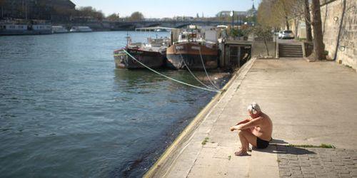 1700981_3_1ded_un-homme-en-maillot-de-bain-prend-le-soleil-sur_f91387bb968324aacbb92bde94a77649