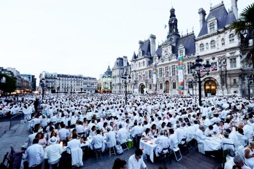 Diner-en-blanc-devant-l-hotel-de-ville-a-paris-le-8-juin-2017