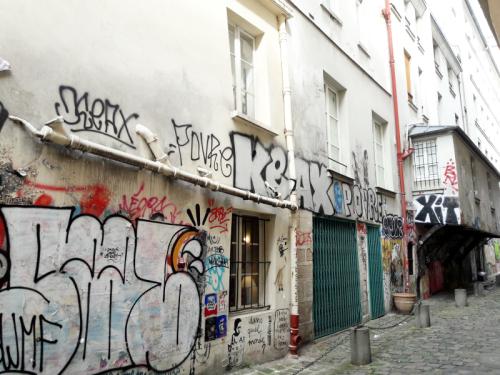Arbaletriers façade taguée et visiteurs