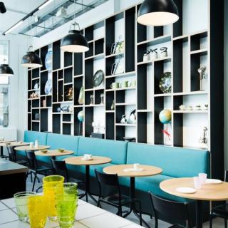 Un-bien-joli-decor-pour-manger-sain-dans-un-concept-store_square500x500