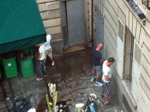 Ste croix square personnes urinant