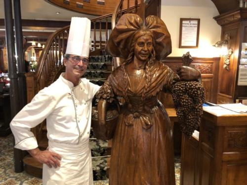 Jenny le chef luis ribeiro et alacienne en bois sculpté Gilles Pudlowski