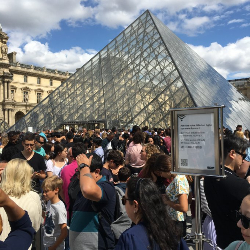 Louvre musée pyramide foule 18 08 19